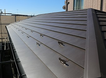 新しい屋根材へ葺き替えます
