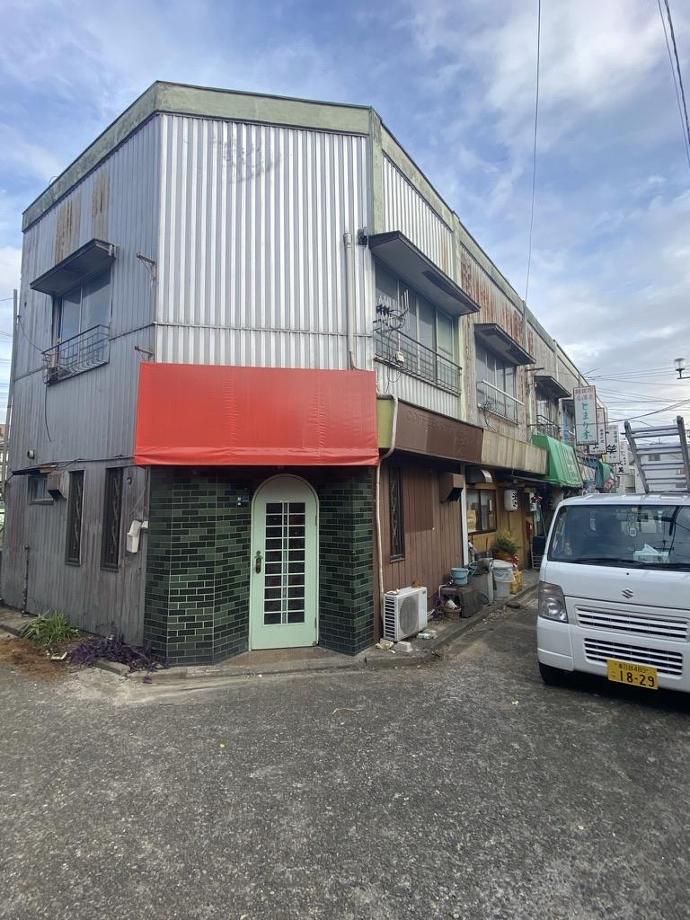 埼玉県春日部市で屋根の瓦棒が風で剥がれ下地が腐ってるので直してほしいとお問合せいただきました