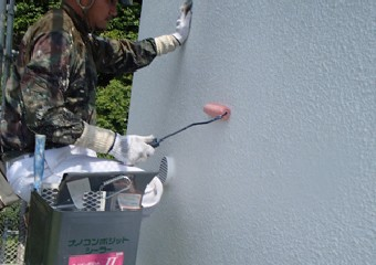 ナノコンポジットWを専用のシーラーで下塗りする作業員